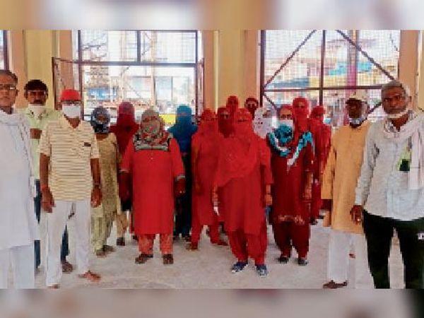 जुलाना. जुलाना मंडी चौंकी के पास पहुंची आशा वर्कर और वार्ड 12 की महिलाएं। - Dainik Bhaskar