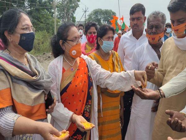 महिला कार्यकर्ताओं ने बांटे पीले चावल।