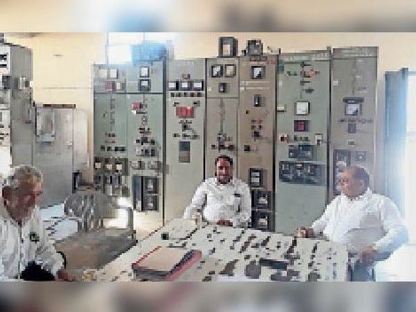 अटेली पावर हाउस में 3 कराेड़ रुपए की लागत से नए बिजली ट्रासंफार्मर काे स्थापित करते बिजली निगम के एसडीओ । - Dainik Bhaskar