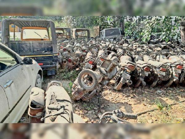 धारूहेड़ा थाना में खड़े जब्त वाहन। - Dainik Bhaskar