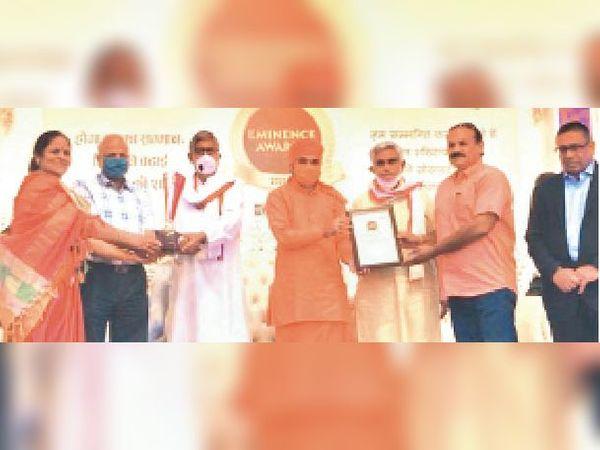 एमिनेंस अवॉर्ड समारोह में सुरेश यादव को सम्मानित करते मुख्य अतिथि सांसद बाबा बालकनाथ। - Dainik Bhaskar