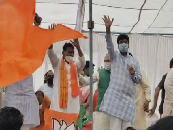 भगवा झंडे के बीच सिलावट ने कार्यकर्ताओं का अभिवादन स्वीकार किया।