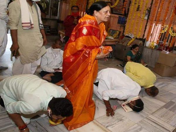 पत्नी सुनीता सिलावट के साथ मंदिर पहुंच आशीर्वाद लिया।