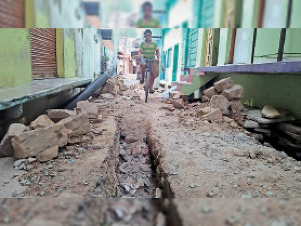 बैरागपुरा में खुदी पड़ी सड़क, आए दिन हो रहे हादसे। - Dainik Bhaskar
