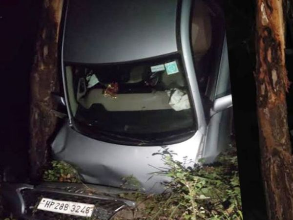 मंडी के चैलचौक करसोग मार्ग पर मंगलवार देर शाम करीब साढ़े 8 बजे पावो के करीब एक कार गहरी खाई में लुढ़क गई जिससे फोरेस्ट चौकीदार की मौत गई जबकि दो लोग घायल हुए हैं। - Dainik Bhaskar