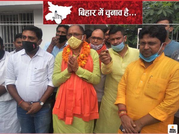 अरुण सिन्हा बुखार में होने के बावजूद नामांकन करने पहुंच गए। - Dainik Bhaskar