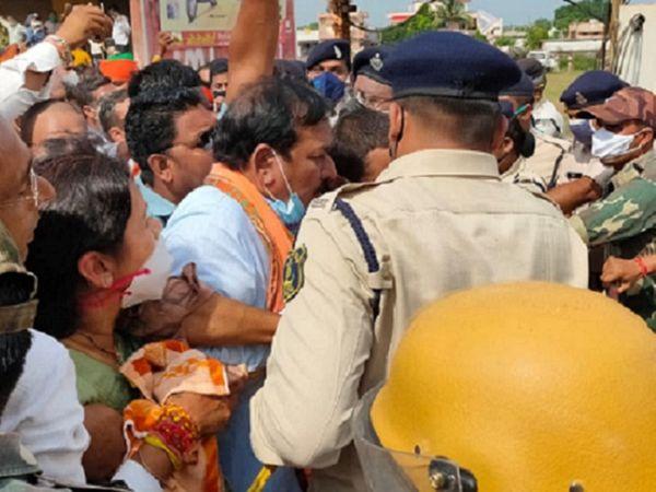 सांसद विजय बघेल ने सरकार को चेतावनी दी कि अगर सभी नेताओं की बिना शर्त रिहाई नहीं हुई तो वे भी आमरण अनशन पर बैठ जाएंगे।