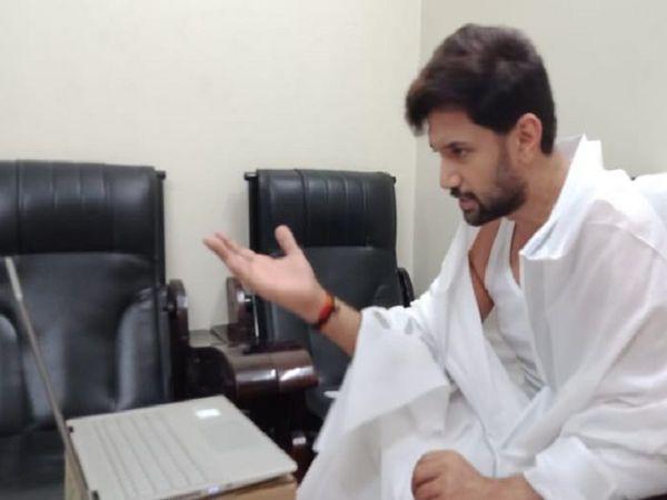 लोजपा के नेताओं-कार्यकर्ताओं को घर से ही जरूरी दिशानिर्देश दे रहे हैं चिराग। - Dainik Bhaskar