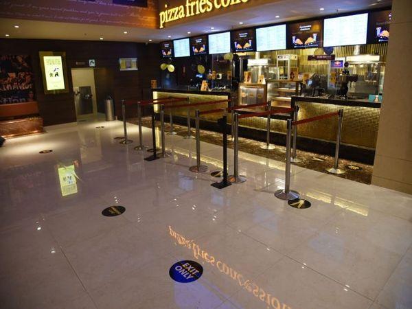 आईटी पार्क स्थित डीटी सिनेमाज में सोशल डिस्टेंसिंग के नियमों को लेकर की गई तैयारियां। (फोटो: अश्विनी राणा). - Dainik Bhaskar