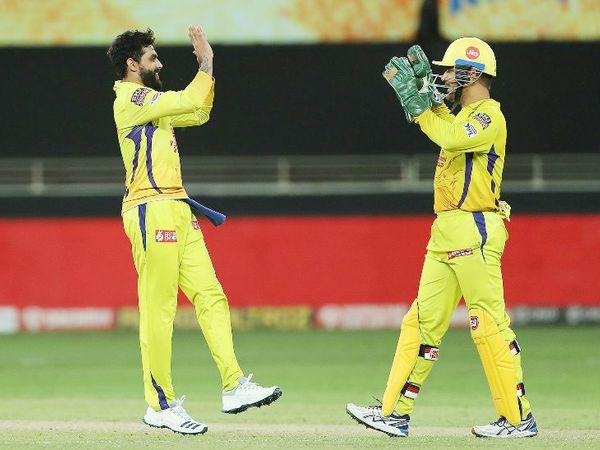 जडेजा ने हैदराबाद के जॉनी बेयरस्टो का विकेट लिया। इसके बाद कप्तान धोनी के साथ जश्न मनाते दिखे।