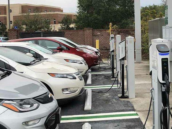भारत सरकार इलेक्ट्रिक वाहनों के इस्तेमाल को बढ़ाने के लिए संगठनों को आर्थिक मदद देकर EV चार्जिंग स्टेशंस तैयार करना चाहती है - Dainik Bhaskar