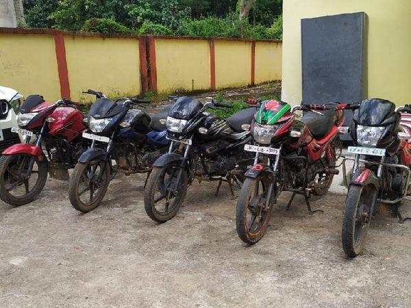 आरोपियों की निशानदेही पर बरामद की गई बाइक।