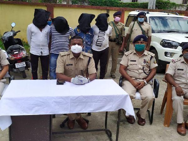 पुलिस हिरासत में पकड़े गए बाइक चोरी के चारों आरोपी और जानकारी देते गुमला एसपी एचपी जनार्दनन। - Dainik Bhaskar