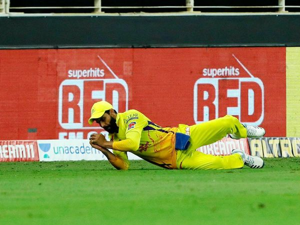 जडेजा बाउंड्री लाइन पर हैदराबाद के बल्लेबाज प्रियम गर्ग का शानदार कैच लपका। प्रियम 16 रन बनाकर आउट हुए। उन्हें कर्ण शर्मा ने आउट किया।