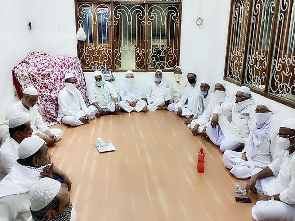 काशी में बुनकारों ने बुधवार को एक बैठक की जिसमें तय किया गया कि वह अपनी मांगों को लेकर कल से प्रदर्शन करेंगे। - Dainik Bhaskar