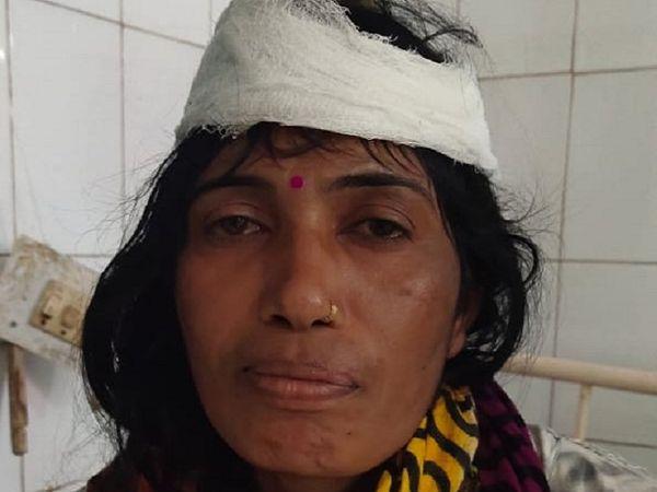 पंचू बाई का आरोप है कि पार्षद उनकी जमीन पर खाद गिराने जा रहा था। उन्हें रोका तो मारपीट की गई। पुलिस ने शिकायत के बाद भी कार्रवाई नहीं की।