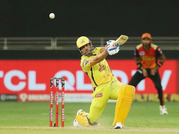 धोनी ने 13 बॉल पर 21 रन की पारी खेली। इस दौरान उन्होंने एक छक्का और 2 चौके भी लगाए।