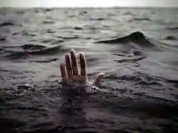 बच्चा खेलता हुआ तालाब के पास जा पहुंचा और वहां गिरकर पानी में डूब गया ।  (प्रतीकात्मक फोटो) - Dainik Bhaskar