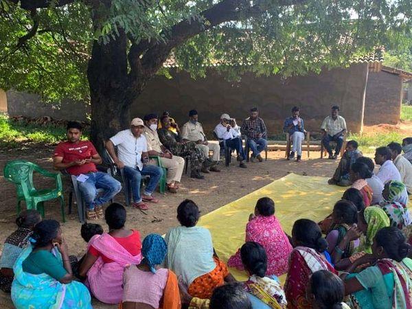 पीड़ित परिजन और ग्रामीणों के साथ बैठक करती पुलिस। - Dainik Bhaskar