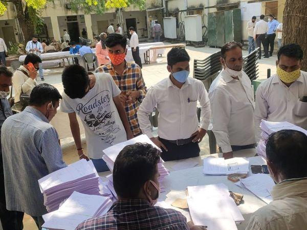 जयपुर। नगर निगम चुनाव में नामांकन भरने के लिए फॉर्म लेते लोग। पहले दिन चुनापी माहौल फीका रहा। फोटो : मनोज श्रेष्ठ - Dainik Bhaskar