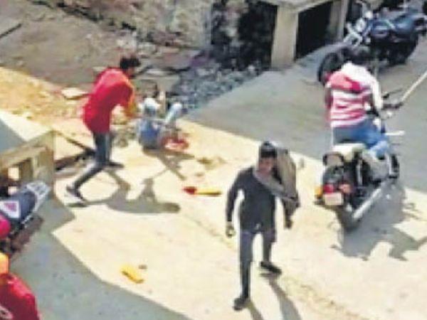 3 बाइकाें से आए 7 हमलावरों ने युवक पर डंडाें और चाकू से वार किया - Dainik Bhaskar