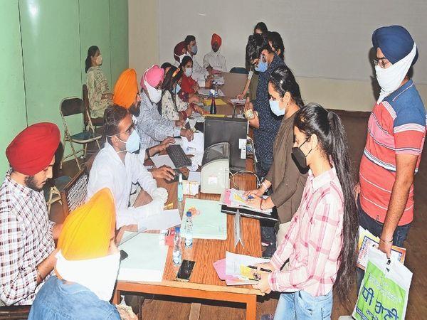 कांउसलिंग में हिस्सा लेते स्टूडेंट्स। - Dainik Bhaskar