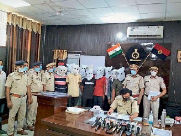 दादरी। पुलिस द्वारा पकड़े गए फायरिंग ओर रंगदारी मांगने केे आरोपी। - Dainik Bhaskar