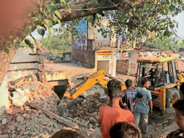 एनएचएआई की जेसीबी मशीन दुकानों को तोड़ते हुए, दुकानदारों ने सीएम से भी लगाई थी गुहार - Dainik Bhaskar