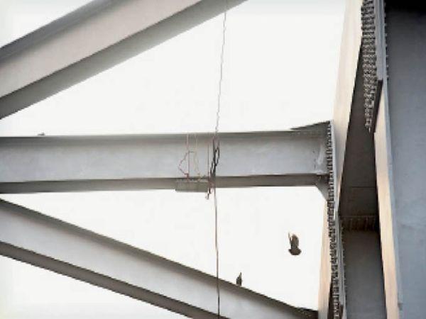 जगराओं पुल पर रस्सियों से बांधकर लगाई गई लाइटें। - Dainik Bhaskar