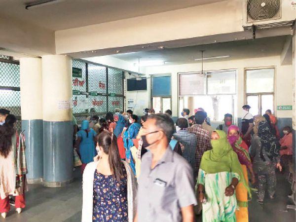 सिविल अस्पताल में पर्ची बनवाने के लिए खड़े मरीज और उनके परिजन।-भास्कर - Dainik Bhaskar