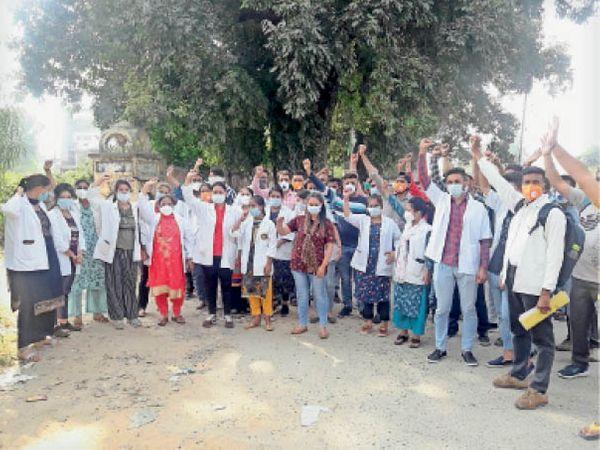 सरकार के खिलाफ रोष जताते कोविड सेंटर से फारिग हुए पैरामेडिकल स्टाफ व वालंटियर। - Dainik Bhaskar