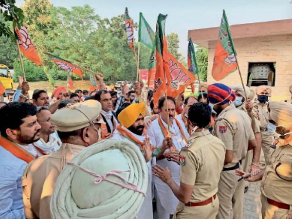 पुलिस और भाजपा नेताओं के बीच मिनी सचिवालय में हो रही बहस। - Dainik Bhaskar