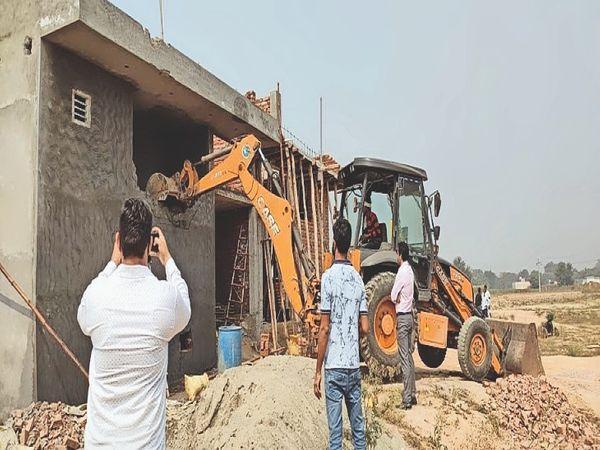 कच्चा सुंदरपुर रोड पर अवैध निर्माण को ढहाती डीटीपी की टीम। - Dainik Bhaskar