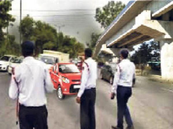 तेज रफ्तार कार दिनदहाड़े शहर की भीड़भाड़ वाली सड़कों पर करीब एक किलोमीटर तक कांस्टेबल को कार के बोनट पर लटकाकर बेतहाशा दौड़ती रहती है - Dainik Bhaskar