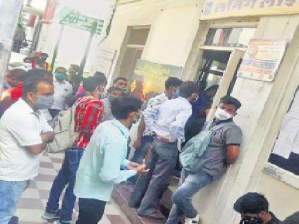 आरटीओ ऑफिस में 2 सीट पर 9 सूचना सहायक फिर भी नहीं हो रहे लोगों के काम, इसलिए भीड़ में लोग परेशान - Dainik Bhaskar