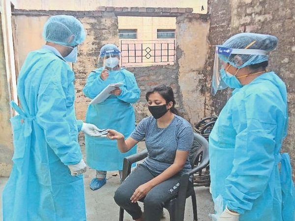 सिटी में होम आइसोलेट मरीज की जांच करती स्वास्थ्य विभाग की टीम। - Dainik Bhaskar