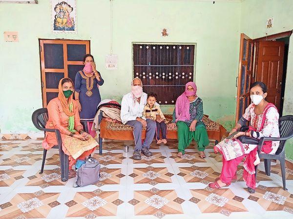 कटियारा गांव में स्वास्थ्य विभाग ने लोगों का जांच कर दवाइयां बांटी। - Dainik Bhaskar