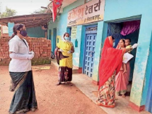 जांजगीर में सर्वे करतीं स्वास्थ्यकर्मी। (फाइल फोटो)। - Dainik Bhaskar