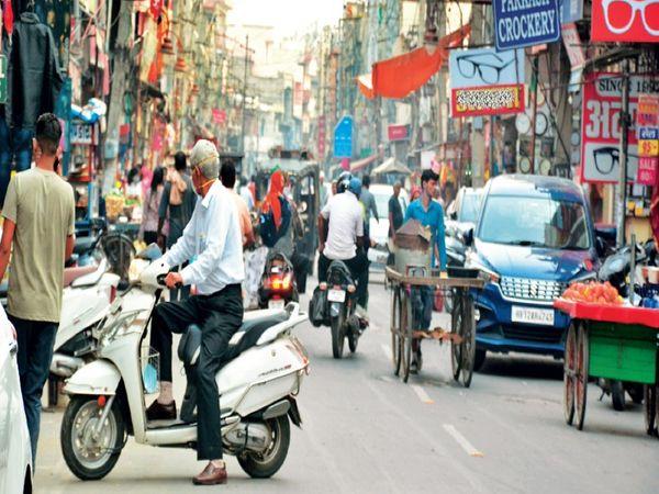 रेलवे राेड पर लाेगाें द्वारा सड़क के बीच में खड़े किए गए वाहन। - Dainik Bhaskar