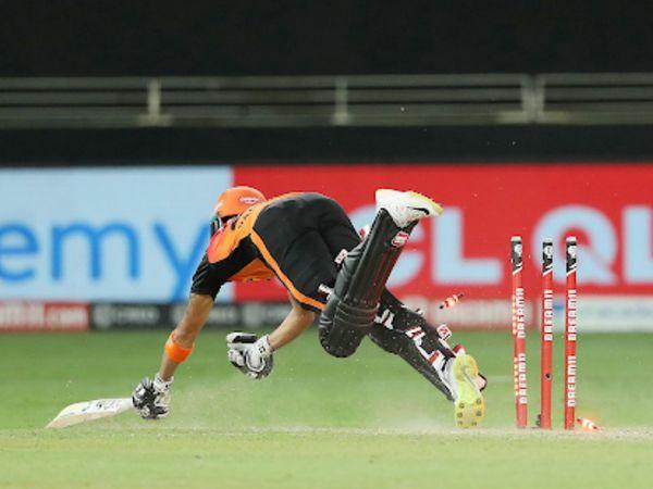 हैदराबाद के बल्लेबाज मनीष पांडे को ड्वेन ब्रावो ने रनआउट किया।