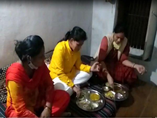 कांग्रेस उम्मीदवार पारुल साहू ने खाना बनवाने के बाद बैठकर भोजन भी किया।