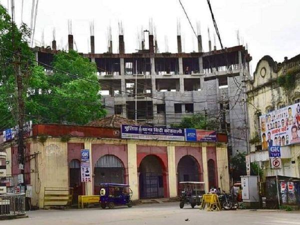 शहर कोतवाली की नई बिल्डिंग रायपुर स्मार्ट सिटी बना रहा है। अफसरों का कहना है कि 1 नवंबर को लोकार्पण के लिए बिल्डिंग का काम काफी तेज गति से किया जा रहा है।