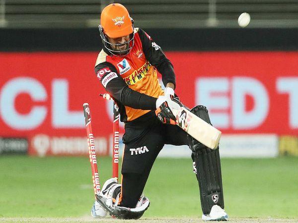 हैदराबाद के ऑलराउंडर राशिद खान चेन्नई के तेज गेंदबाज शार्दूल ठाकुर की बॉल पर हिट विकेट हुए। राशिद ने 8 बॉल पर 14 रनों की पारी खेली।