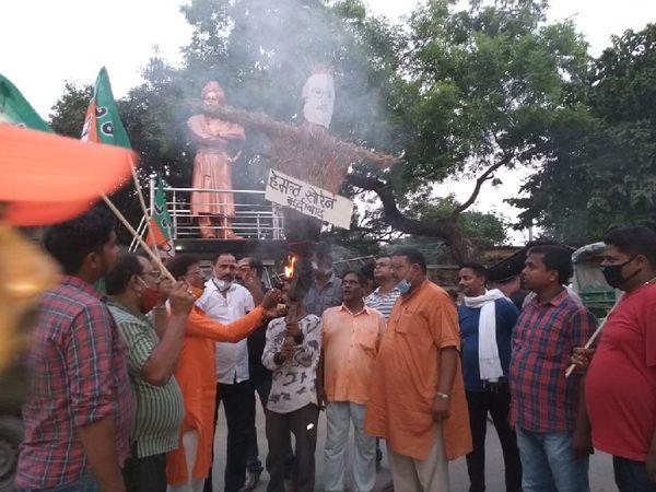 भाजपा कार्यकर्ताओं ने विरोध जताते हुए मुख्यमंत्री हेमंत सोरेन से इस्तीफे की मांग की।