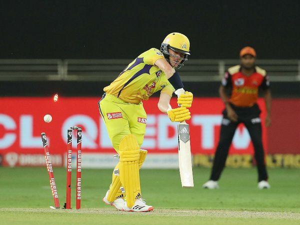 धोनी ने ऑलराउंडर सैम करन को पहली बार ओपनिंग में भेजकर सबको चौंकाया। करन ने 21 बॉल पर 31 रन बनाए। उन्हें संदीप शर्मा ने क्लीन बोल्ड किया।