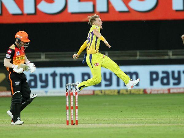 सैम करन ने डेविड वॉर्नर को आउट कर हैदराबाद को पहला झटका दिया। वॉर्नर ने 13 बॉल पर 9 रन बनाए।