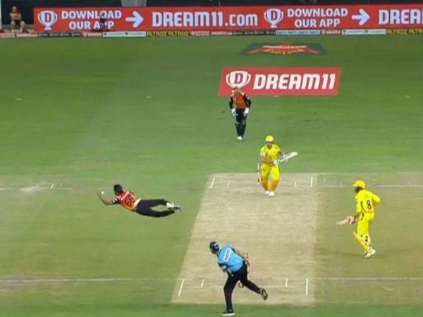 हैदराबाद के तेज गेंदबाज संदीप शर्मा अपनी बॉल पर धोनी का कैच लेने की नाकाम कोशिश करते हुए। संदीप ने हवा में शानदार छलांग लगाई।