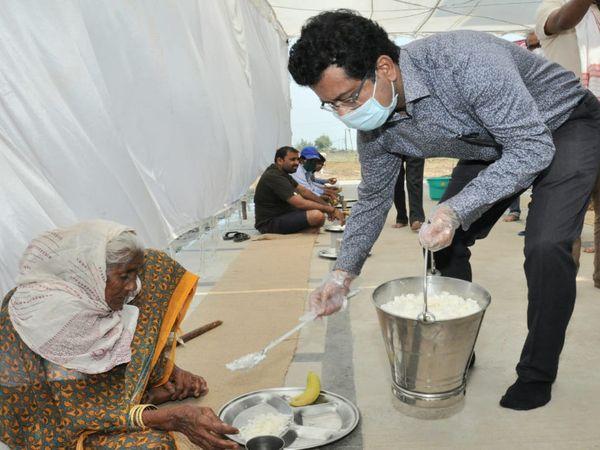 फोटो रायपुर के श्रमिक आश्रय स्थल की है। लॉकडाउन के दौरान आईएएस सोनमणी बोरा, श्रमिकों की मदद के लिए चर्चा में थे। - Dainik Bhaskar