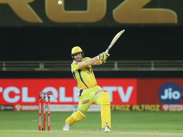 चेन्नई के लिए तीसरे नंबर पर बल्लेबाजी करने आए शेन वॉटसन ने शानदार पारी खेली। उन्होंने 38 बॉल पर 3 छक्के और एक चौके की मदद से 42 रन बनाए।