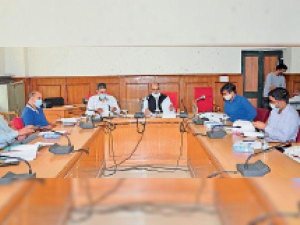 जिला उपायुक्त कार्यालय में राजस्व विभाग के अधिकारियों के साथ बैठक करते हुए - Dainik Bhaskar